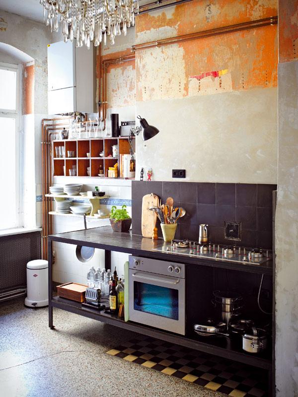 Originální kuchyni vyrobil Andreas. Základem nekonvenčního zařízení jsou otevřené police, díky kterým vyznívá půvab vystavených předmětů. Foto Sabrina Rothe