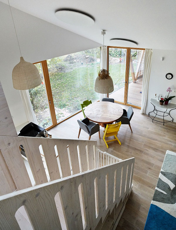 Vzdušnou denní místnost zásobuje denním světlem velké okno, odkud se dá vstoupit do zahrady. Okno mohou majitelé dle potřeby zaclonit posuvnou okenicí. Foto: Petr Karšulín