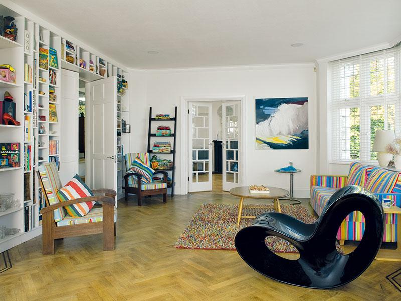 Policová sestava vyhotovená na míru, která pokrývá celou jednu stěnu v obývacím pokoji, poskytuje skvělé místo na vystavení Johnových sbírek cínových hraček a dětských časopisů. FOTO Carlos Dominguez