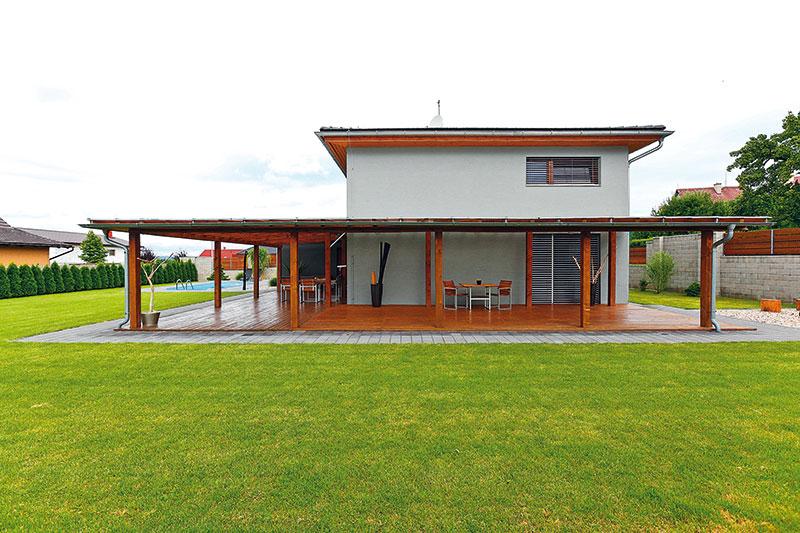 Pergola opticky usadila hmotu domu adodala mu horizontální rozměr. FOTO DANO VESELSKÝ