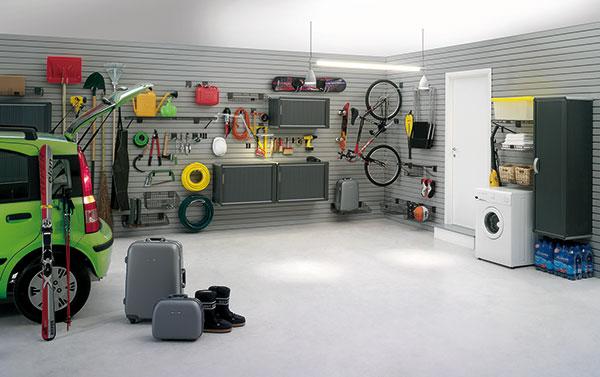Komplexní řešení úložných prostor v garáži. Na nosnou plastovou konstrukci, přidělanou na stěny garáže, se lehce nasadí různé druhy úchytů, které jsou dimenzovány na různá zatížení jednotlivých předmětů. Nejrůznější háčky, košíky, skříňky a police se dají flexibilně a rychle přesouvat podle momentální potřeby. Toto garážové řešení je velice variabilní a praktické a využitelné například i vpředsíni rodinného domu. foto: LOMAX