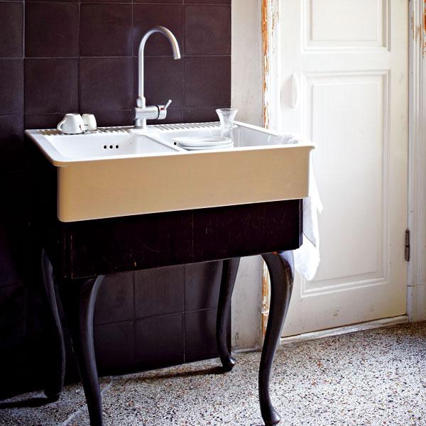 Dřez jinak. Andreas zrealizoval Gabrielinu představu o elegantním kuchyňském dřezu – využil starý stolek a nové keramické umyvadlo z Ikey. Foto Sabrina Rothe