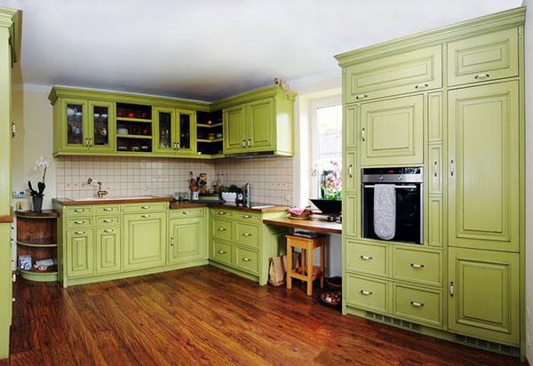 Mosazné úchytky s keramickými držadly jsou typickým prvkem rustikálních kuchyní. Stejně jako zdobená dvířka kuchyňských skříněk.(foto: art-style.cz)