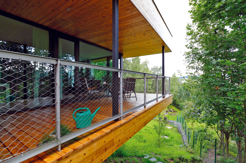 Vnejzazším cípu pozemku je situováno posezení na terase, které umožňuje vychutnat si vsoukromí aprakticky vzeleni pohledy, které svažitý pozemek nabízí. Veškeré komplikace anevýhody jsou díky tomu ve vteřině zapomenuty. Foto Dano Veselský