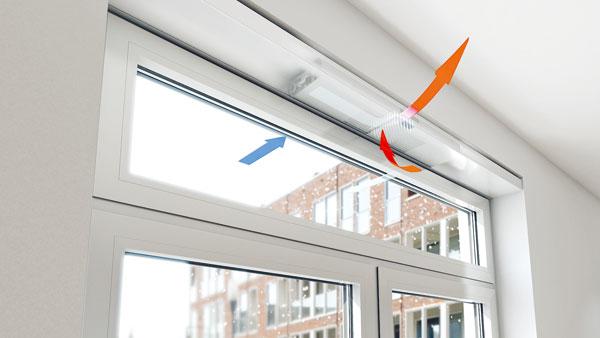 Systém větrání integrovaný do okenního rámu se zpětným získáváním tepla a vnějším filtrem vzduchu Schüco VentoTherm je díky nízké hlučnosti vhodný i do ložnice. Zpětným získáváním tepla (rekuperací) se vzduch předehřeje na 45 % asníží se energetické ztráty větráním až o 35 %. Větrání řídí senzor množství CO2, resp. vlhkosti. foto: Schüco
