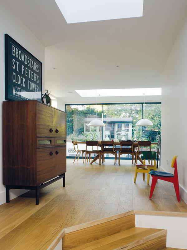 """Skříň z růžového dřeva je z bazaru. """"Několik měsíců jsme se na ni chodili dívat, jak je zaházená různými věcmi. Nakonec jsme se rozhodli najít jí v domě pěkné místo."""" FOTO Carlos Dominguez"""