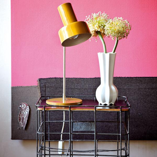 Vlastnoručně vyrobený noční stolek byl ve svém předchozím životě košem na láhve. Neobvyklé použití předmětů dává bytu zvláštní osobní šarm. Foto Sabrina Rothe