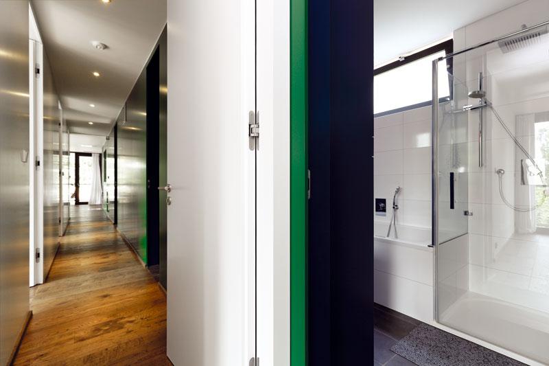 Celý interiér je řešen velmi prakticky akompaktně – techničtější zázemí se nachází vhmotě blíže ke svahu (chodba, koupelna, místnost pro vzduchotechniku, koneckonců ikuchyně). Obytné aodpočinkové místnosti najdeme vpolovině vznášející se nad terénem (ztohoto pohledu nalevo). Foto Dano Veselský