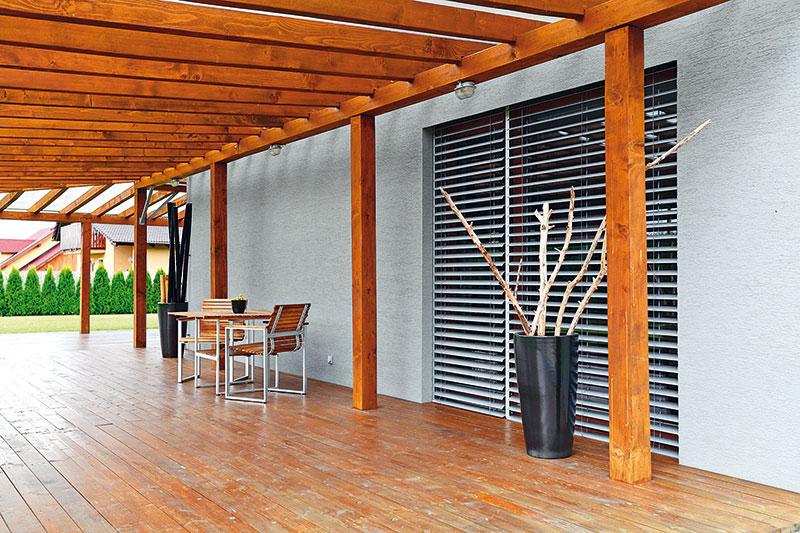 Terasa s dřevěnou pergolou se stala oblíbeným společenským prostorem celé rodiny. FOTO DANO VESELSKÝ