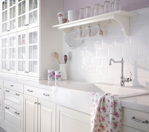 Pro rustikální styl je charakteristický neutrální, v tomto případě bílý základ. Barvu do interiéru vnášejí až doplňky, zde dekor růží. Autenticity docílíte zejména kombinacemi s různými pastelovými odstíny. (foto: IKEA)