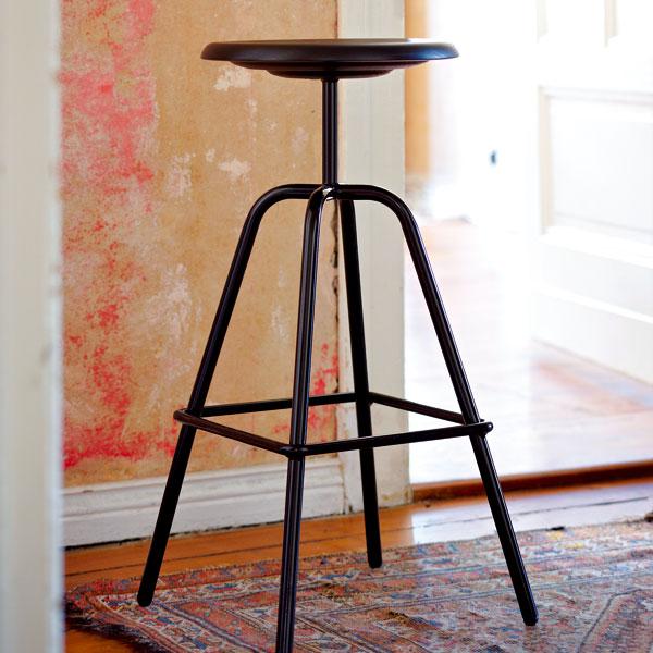Barová židle Herrenberger vychází z průmyslových vzorů 30. let minulého století. Díky stabilní čtyřnohé ocelové podnoži je odolná a funkční. Foto Sabrina Rothe