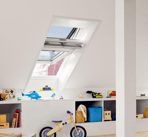 Bílá bezúdržbová střešní okna jsou vyrobena zlepeného dřevěného jádra potaženého vysoce odolnou 3-5 mm silnou polyuretanovou vrstvou. Ta chrání dřevo před vlhkostí i sluncem. Jejich největší předností je vysoká pevnost a odolnost vůči povětrnostním vlivům (včetně zatížení sněhem, větrem). foto: Velux