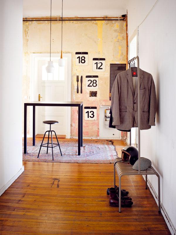 Velkoryse řešená chodba často slouží i jako obývací pokoj nebo jídelna. V kontrastu s upravenými bílými plochami vyniká patina někdejších nátěrů. Foto Sabrina Rothe
