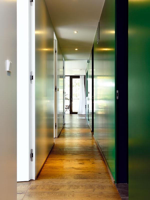 Síla vertikály. Majitel si přál vysoké dveře, vytažené až ke stropu. Zestetického hlediska jde ovelmi efektní řešení. Foto Dano Veselský