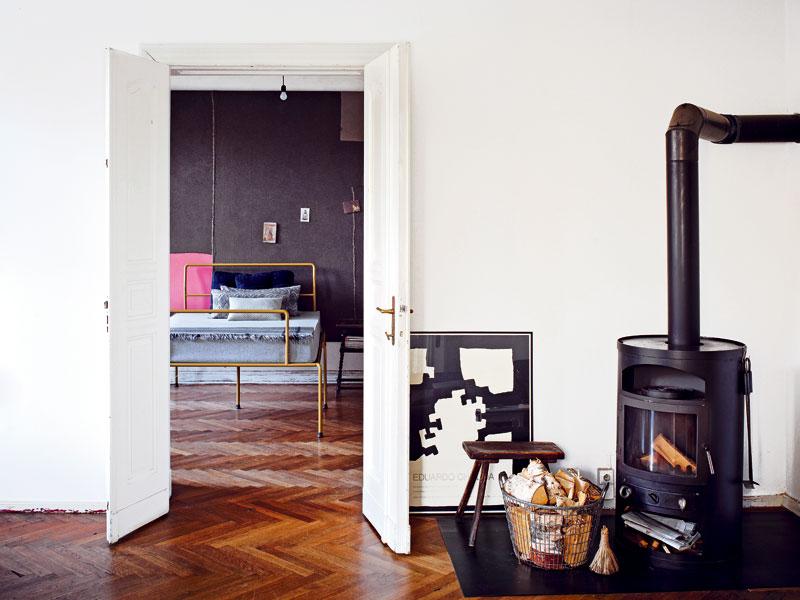 Vzdušný prostor. Byt ve starém domě u Treptowského parku má více velkoryse řešených průchodů mezi místnostmi. (Pohled z obývacího pokoje do ložnice.) Foto Sabrina Rothe
