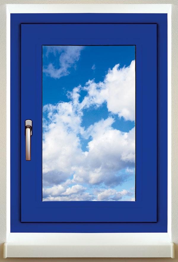 Hliníková okna Slovaktual zprofilového systému Heroal se skrytým kováním jsou vnabídce vdesítkách barev adekorů. Kování se skrytými panty zároveň zvyšuje těsnost okna a je praktické i na údržbu. Profily Heroal 110 ES patří do nejvyšší tepelněizolační série – tříkomorový profil stepelnou izolací a izolačním trojsklem s Ug = 0,6 W/(m2 . K) dosahuje Uw = 1,1 W/(m2 . K). foto: Slovaktual