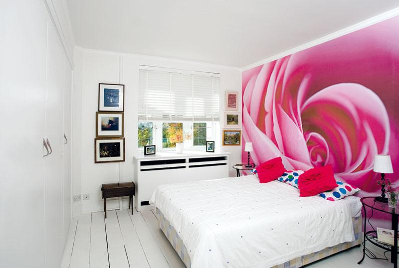 Tematické zařízení. Každý z pokojů pro hosty tu má jiné téma. Do růžové ložnice nechali na míru vyrobit vinylovou tapetu s motivem růže. FOTO Carlos Dominguez