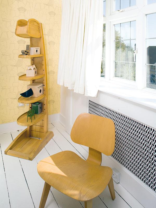 Na bílo natřené desky tvoří podlahu ve většině místností v poschodí. Také v ložnici majitelů vytvořila neutrální podklad a dala jim volnost při výběru textilií a dekorací a také i možnost vystavit sbírku uměleckých předmětů. FOTO Carlos Dominguez