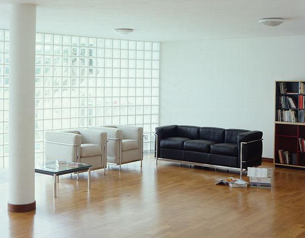Křeslo LC 2 a sofa LC 3 podle Le Corbusiera se vyrábí od roku 1965. Vyrábí Cassina, prodává Konsepti. (foto: Konsepti