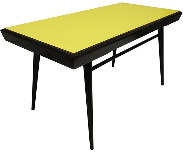 Žlutý konferenční stolek s oboustrannou umakartovou deskou vypadá velmi elegantně. (foto: Novoretro)