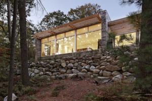 Moderní dům v lese s minimalistickým interiérem