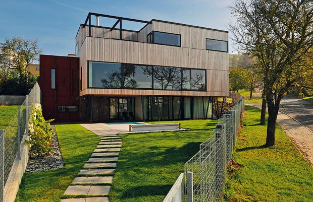 Dům 4-členné rodiny se ze standardní zástavby vymyká vzhledem i materiály