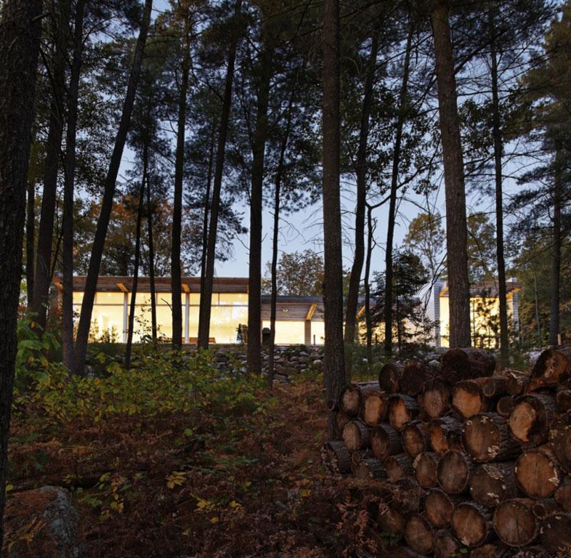 Citlivé zasazení do terénu vytvořilo dojem, jakoby dům byl součástí místa odjakživa. Foto: Terence Tourangeau