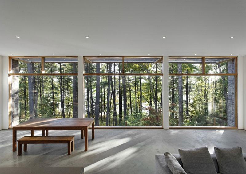 Jednoduché zařízení je tak pouze příjemnou kulisou pro představení, které rozehrávají stromy, voda a skály − stávají se tak integrální součástí celkového designu. Foto: Terence Tourangeau