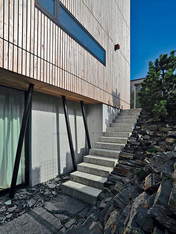 Díky svažitému terénu bylo možné část objemu domu zapustit pod terén. FOTO Schüco CZ