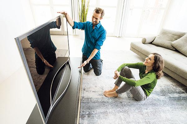 Při nákupu televizoru zvažte, jakou velikost obrazovky opravdu potřebujete. Při jeho zapojování nastavte nízké režimy spotřeby. Pokud ho zrovna nepoužíváte, vypněte jej nebo vytáhněte ze zásuvky. foto: Samsung