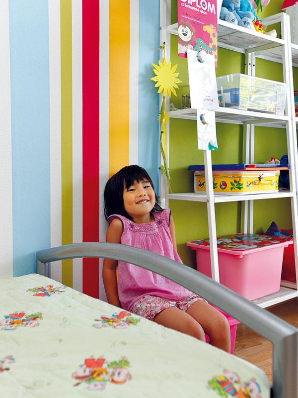 """Při zařizování pokojíčku pro čtyřletou Nelu ani jinde v domě nedělal rodičům atypický tvar půdorysu problémy: """"K obloukové stěně jsme téměř žádný nábytek nedávali, jelikož jsou tu okna, a ostatní stěny jsou rovné."""" Foto Dano Veselský"""