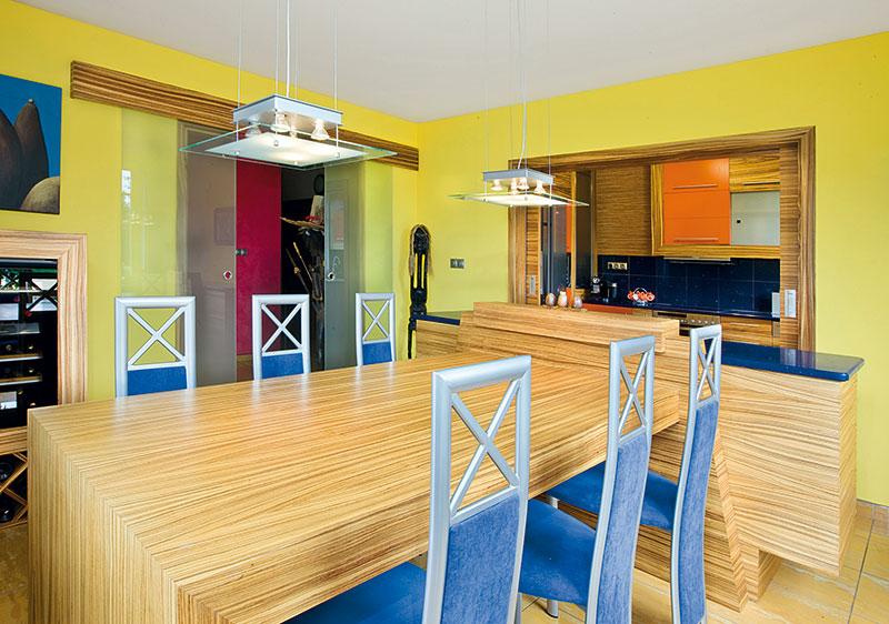 Majitelka původně požadovala ostrovní kuchyň, ale na radu projektanta se vybrala možnost kuchyně otevřené, kterou však lze šoupacími dveřmi uzavřít. Kplné spokojenosti majitelky. FOTO VAVŘINEC MENŠL