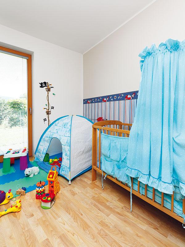 Výhodou pasivního domu je také těsnost a vysoká tepelněizolační schopnost oken, jejichž povrch tak není studený. Majitelka si chválí i nucené větrání, díky němuž je v domě vždy a v každém počasí čerstvý vzduch i bez otevírání oken. Foto Dano Veselský