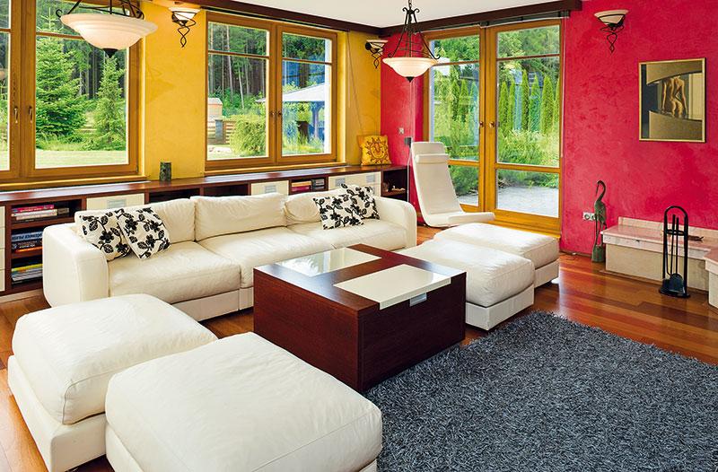 """""""Jsme ve svém domě velmi spokojeni. Změny, které plánujeme, jsou spíše malé. Plánujeme změnit některé barvy interiéru atěšíme se na další úpravy zahrady."""" FOTO VAVŘINEC MENŠL"""