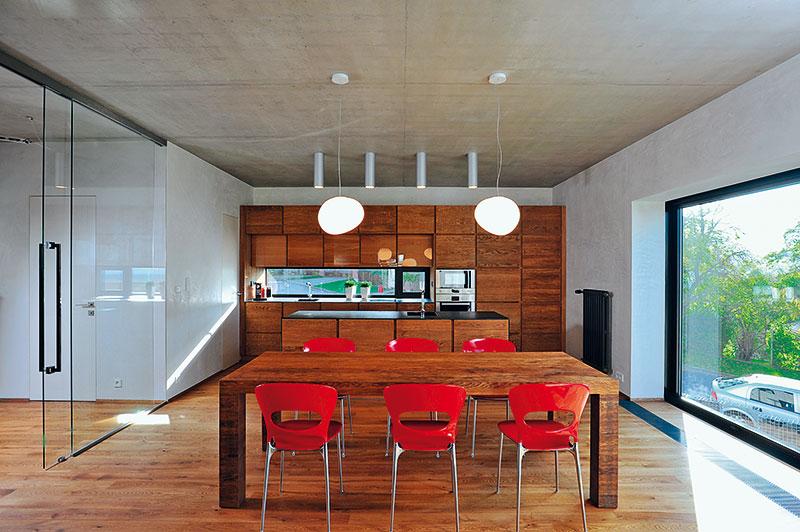 Úložné prostory zajišťuje zejména vestavěný nábytek, vyrobený na zakázku. Stropy místností zdobí pohledový beton opatřený transparentním lakem. FOTO Schüco CZ