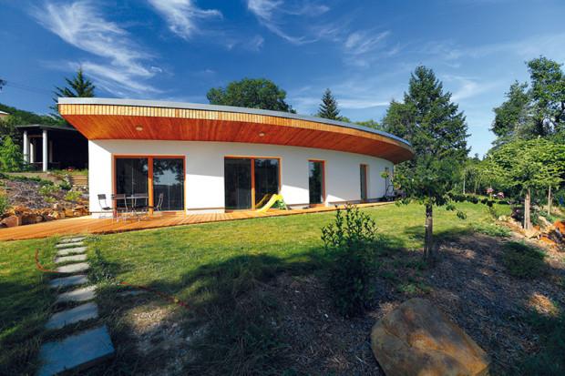 Přízemní masivní stavba s podlahovou plochou 134 m2 a plochou zatravněnou střechou je částečně zapuštěná do terénu. Foto Dano Veselský
