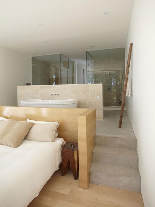 Koupelna se stala integrální součástí ložnice majitelů. Z jedné strany přepážky je velkorysá vana, z druhé umyvadla – každý má to své. Foto: Terence Tourangeau