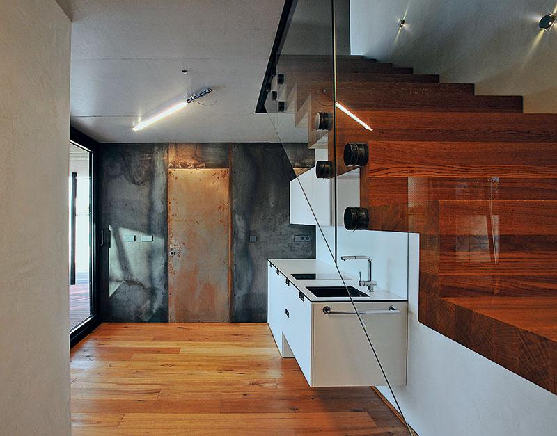 Schodiště, vyrobené zmasivního dubu, lehce drásaného anásledně olejovaného. Je navrženo jako samostatné, jednostranně vetknuté do zdi. FOTO Schüco CZ