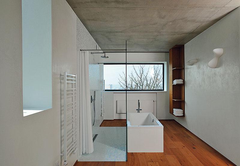 Stěny chrání akrášlí cementovápenné omítky sgletováním ve svém přirozeném odstínu. Vkoupelnách jsou použity benátské štuky astěrka Pandomo. FOTO Schüco CZ
