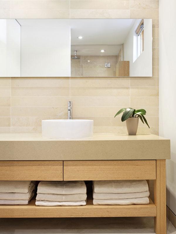 """Vlhkomilná pokojovka je jediným """"vzruchem"""", který doputoval do jednoduché koupelny pro hosty. Koncept propojení minimalistického interiéru s přírodou architekti neopustili ani na vteřinu. Foto: Terence Tourangeau"""