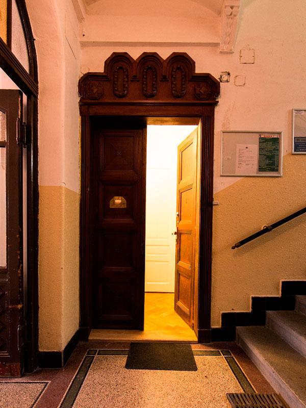 Velkolepý vstup do bytu rámují původní velké dřevěné dveře. Foto: Peter Fabo