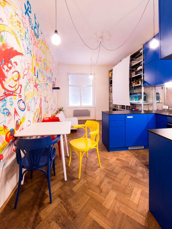 """Kuchyně """"oděná"""" v Ivesem Kleinem patentované modři (IKB 191 - International Klein Blue) a denní prostor s promítacím plátnem. Foto: Peter Fabo"""