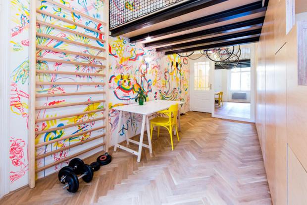 """Ložnice s pracovním prostorem, """"tělocvičnou"""" a zrcadlem, které opticky zvětšuje prostor. Úložná stěna je hladká, člení ji pouze formáty březové překližky. Foto: Peter Fabo"""