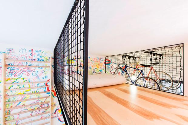 """Přímo z postele má majitel tohoto svěžího, mladistvého interiéru výhled na své """"domácí miláčky"""". Foto: Peter Fabo"""