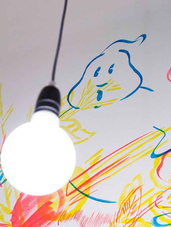 V předsíni a kuchyni zaujmou linie kabelů, tvořící prostorovou kresbu, se zářivkami bez stínidel. Foto: Peter Fabo