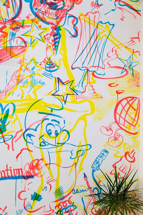 Detail malby ve třech základních barvách. V tomto bytě není nic náhodou, i když to tak může vypadat. Každý detail má svůj příběh a celým prostorem se vine nejen novodobý dekor malované stěny. Foto: Peter Fabo