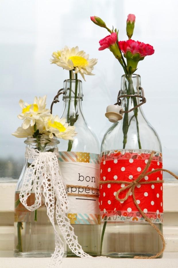 Když se vám nechce odlepovat etikety z lahví, použijte k jejich zamaskování pásky washi. Díky nim vytvoříte originální nádobu na sirup, vodu nebo vázu na květiny. Ty s přiznanými stonky, které se za sklem nemají kam skrýt, budou ve společnosti originálně dotvořené lahve netradiční ozdobou vašeho stolu.