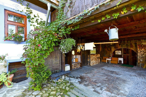 Původně měla stodola troje dřevěná vrata. Mariánovi však stačily jedny, a tak mu zbouráním dalších dvou vznikl otevřený prostor na podstřešní garážování nebo letní posezení.