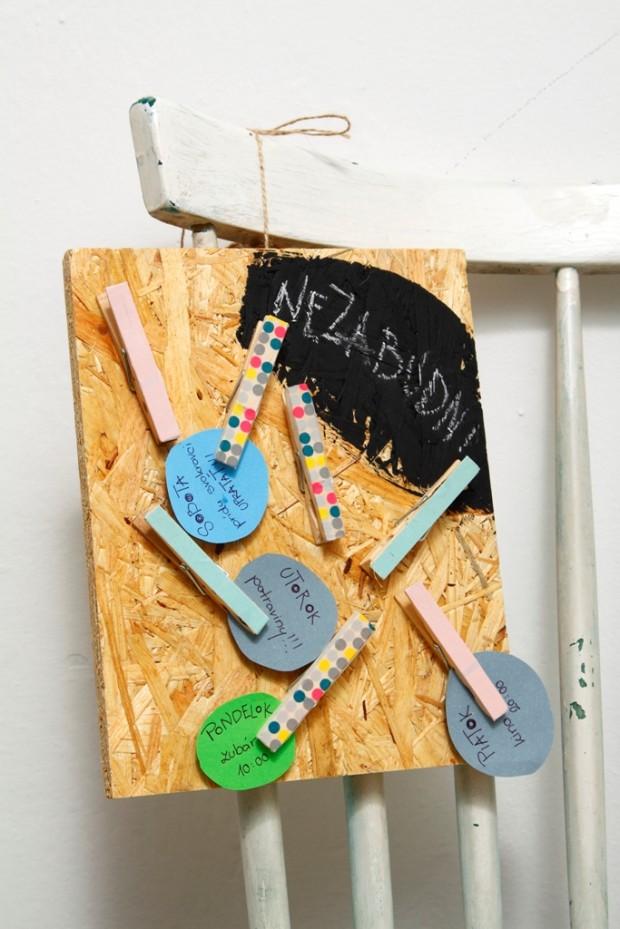 Připomínka na stěně. Co nemáte každý den na očích, na to určitě zapomenete. Vytvořte si nástěnný zápisník pomocí kusu desky, tabulové barvy, dřevěných kolíků a pásek washi, které z něj udělají veselý doplněk vašeho interiéru.