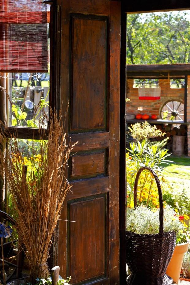 Stodola se v letních měsících otevírá slunci, ale i květinové parádě, která ji po celém obvodu obklopuje.